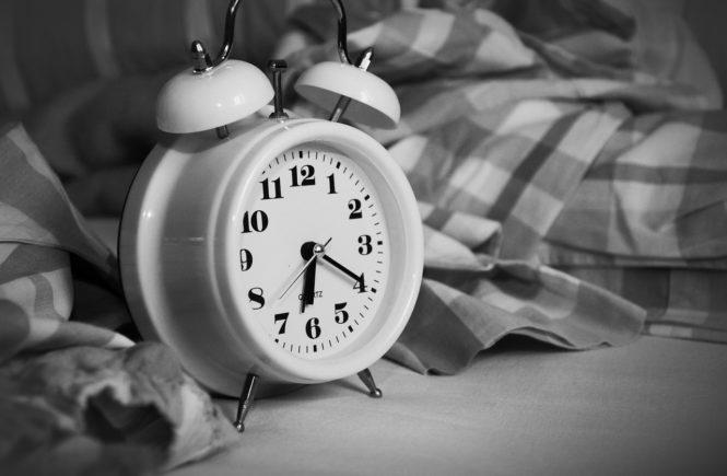 budzik-sypialnia